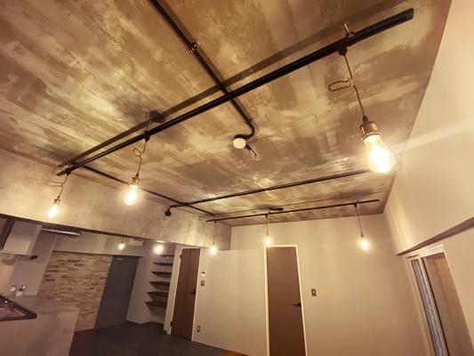 コンクリの天井が無骨さを感じさせます