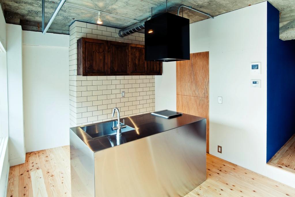 左上の鉄製吊り下げバーと奥の食器棚は特注品。
