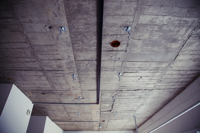 天井に打ち込んだ金具でいろいろ遊んでください。