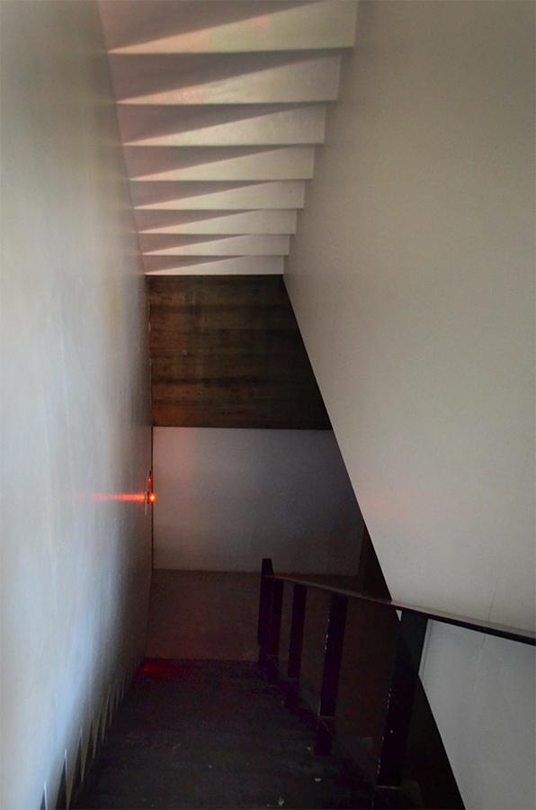 共用部階段。上階ステップ裏の影がいい感じ。