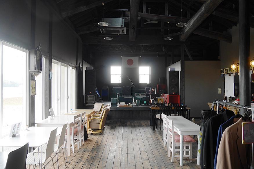 室内。奥がステージ。