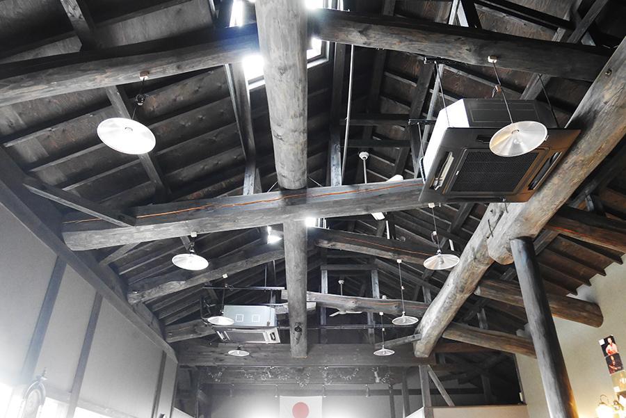 ご覧の天井。窓付きです。