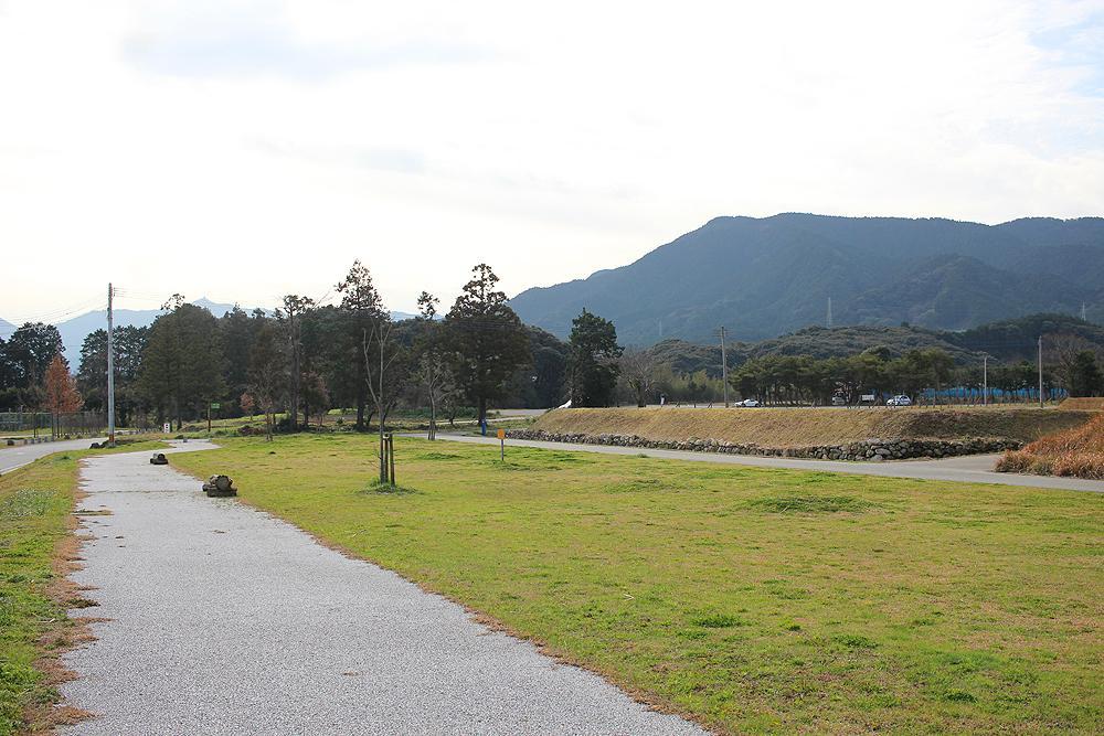すぐ隣はかなたけの里公園。とにかく広い空間が魅力です。