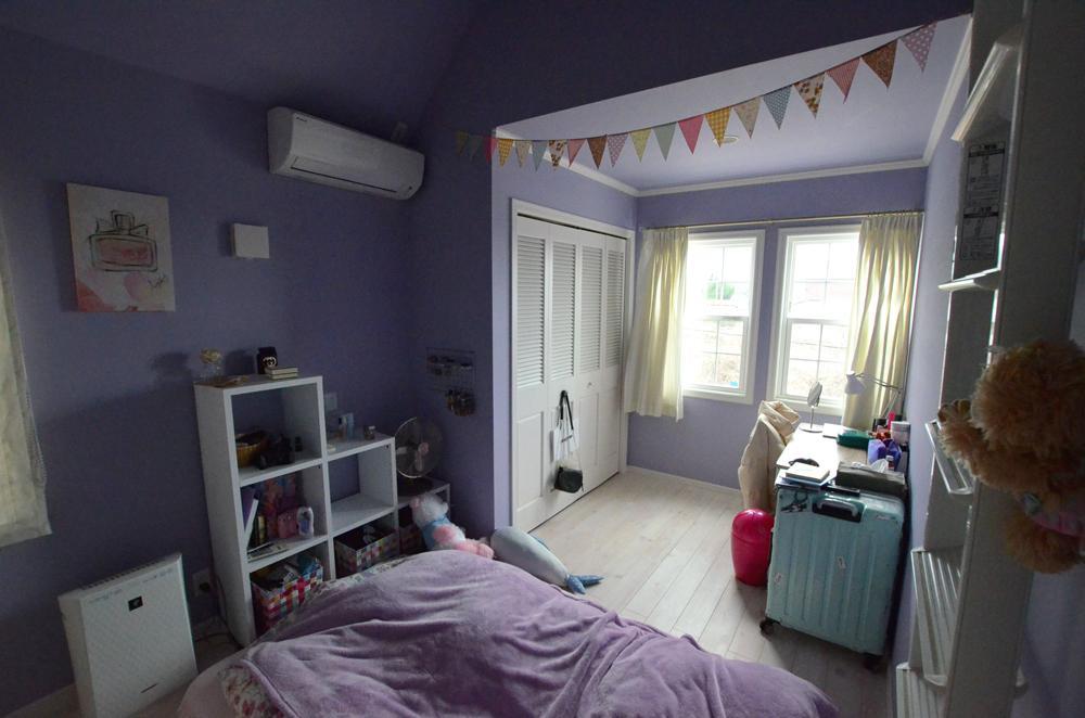 2階個室は個性的な壁紙カラーで。
