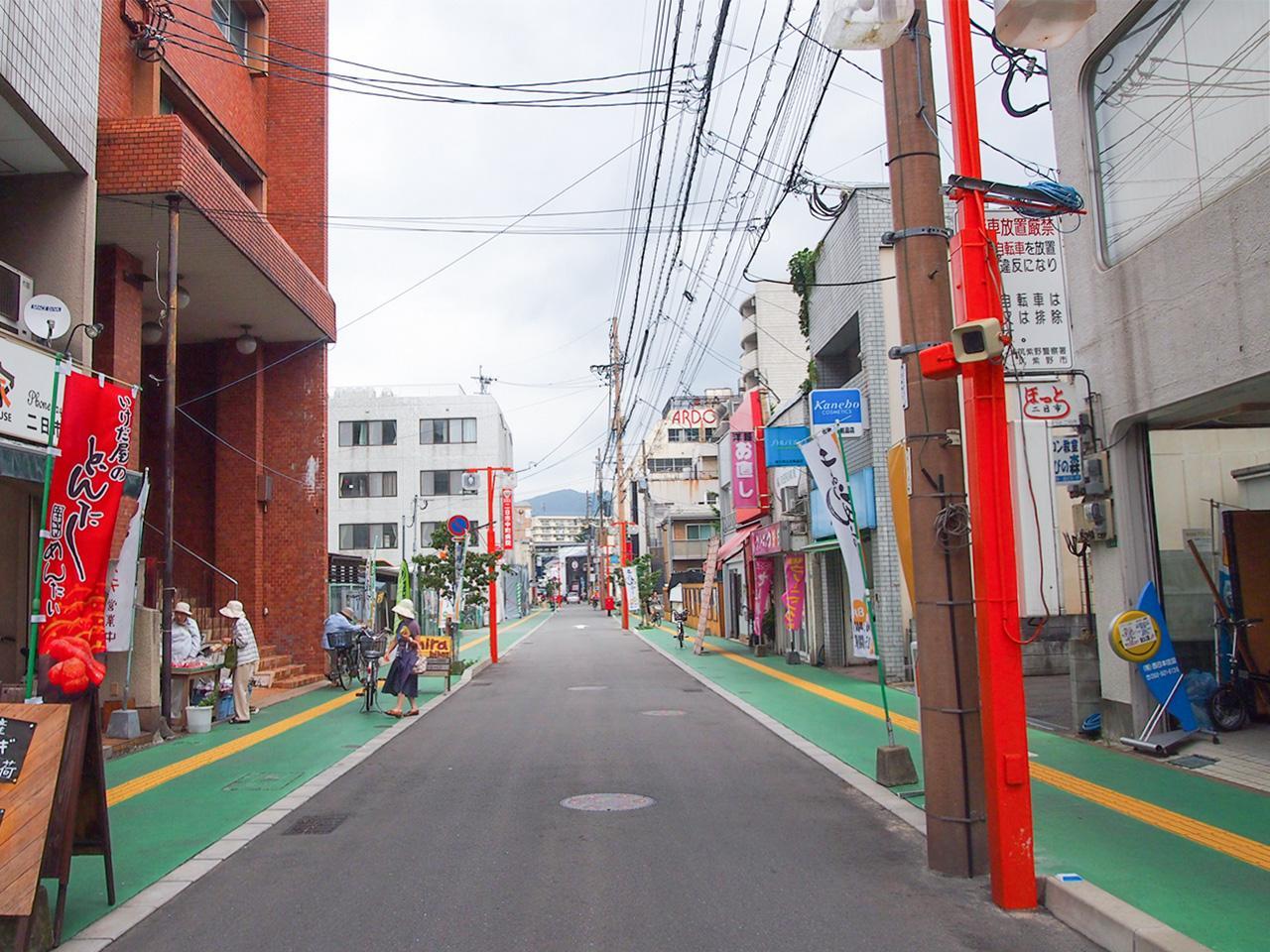 商店街通りに面したマンション(左手オレンジ色のビル)