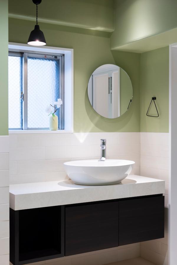 洗面スペースだけで見ても余裕のある作り。窓つきなのもいいですね。