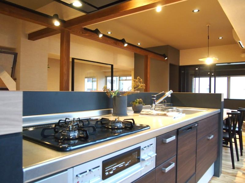背中の広い開口部からの採光が心地いいアイランドキッチン。