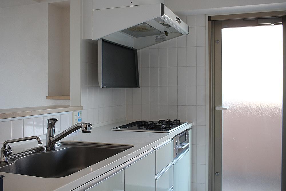 広いキッチン。勝手口からバルコニーにアクセス。