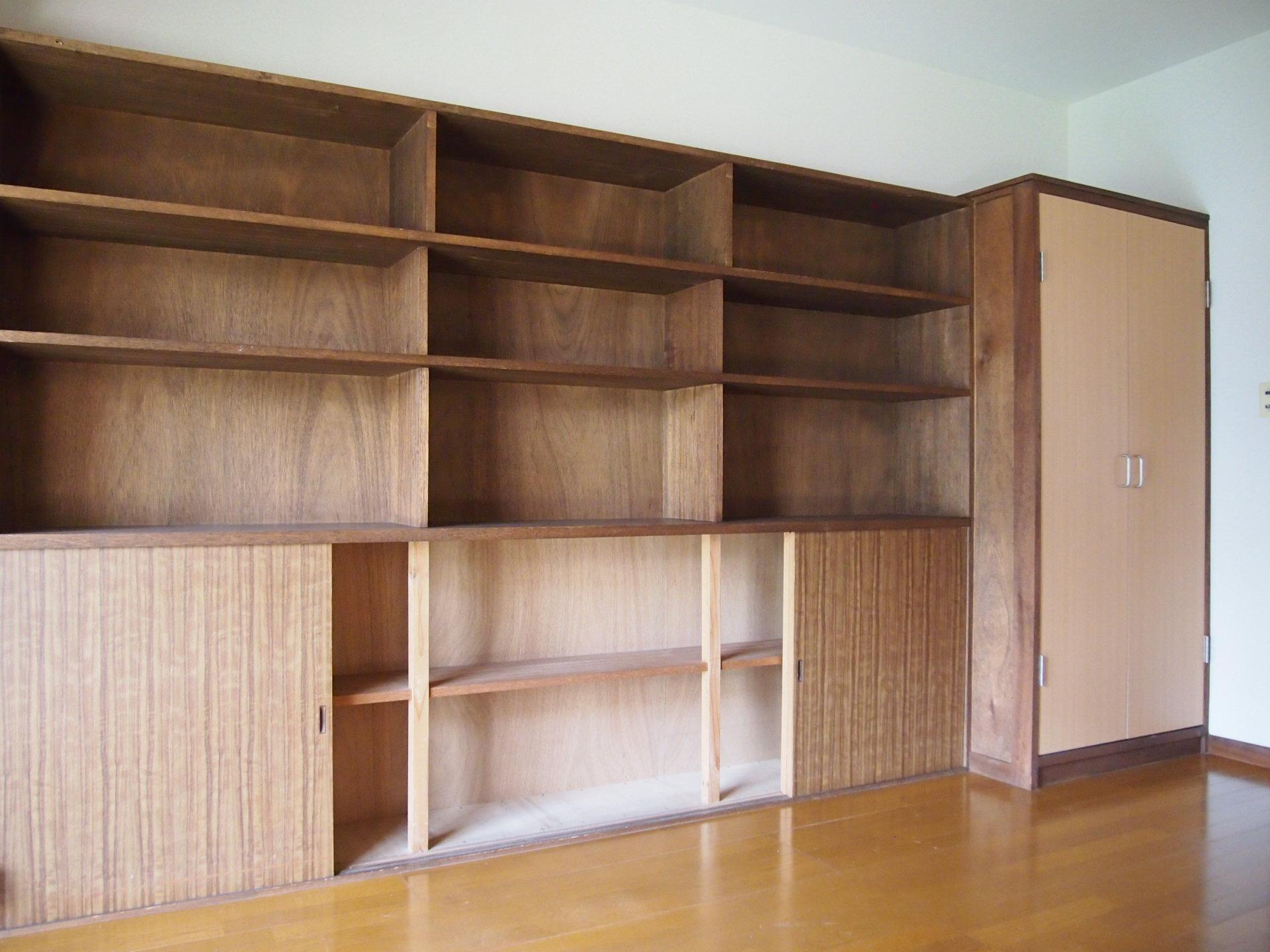 備え付けの棚もいい具合。適当に食器や雑貨を並べるだけできっと絵になる。