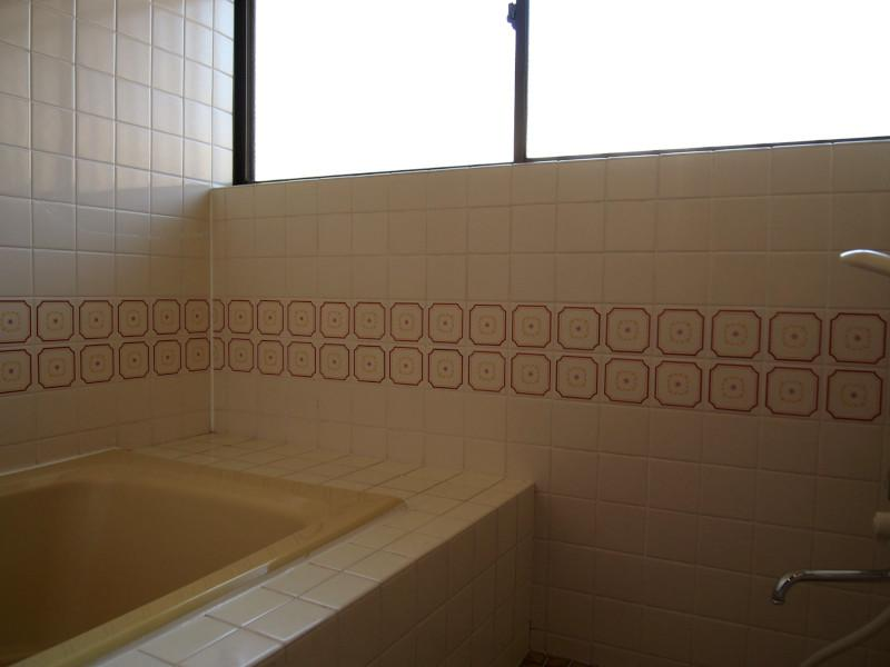 お風呂場は釜も窓も結構広い。