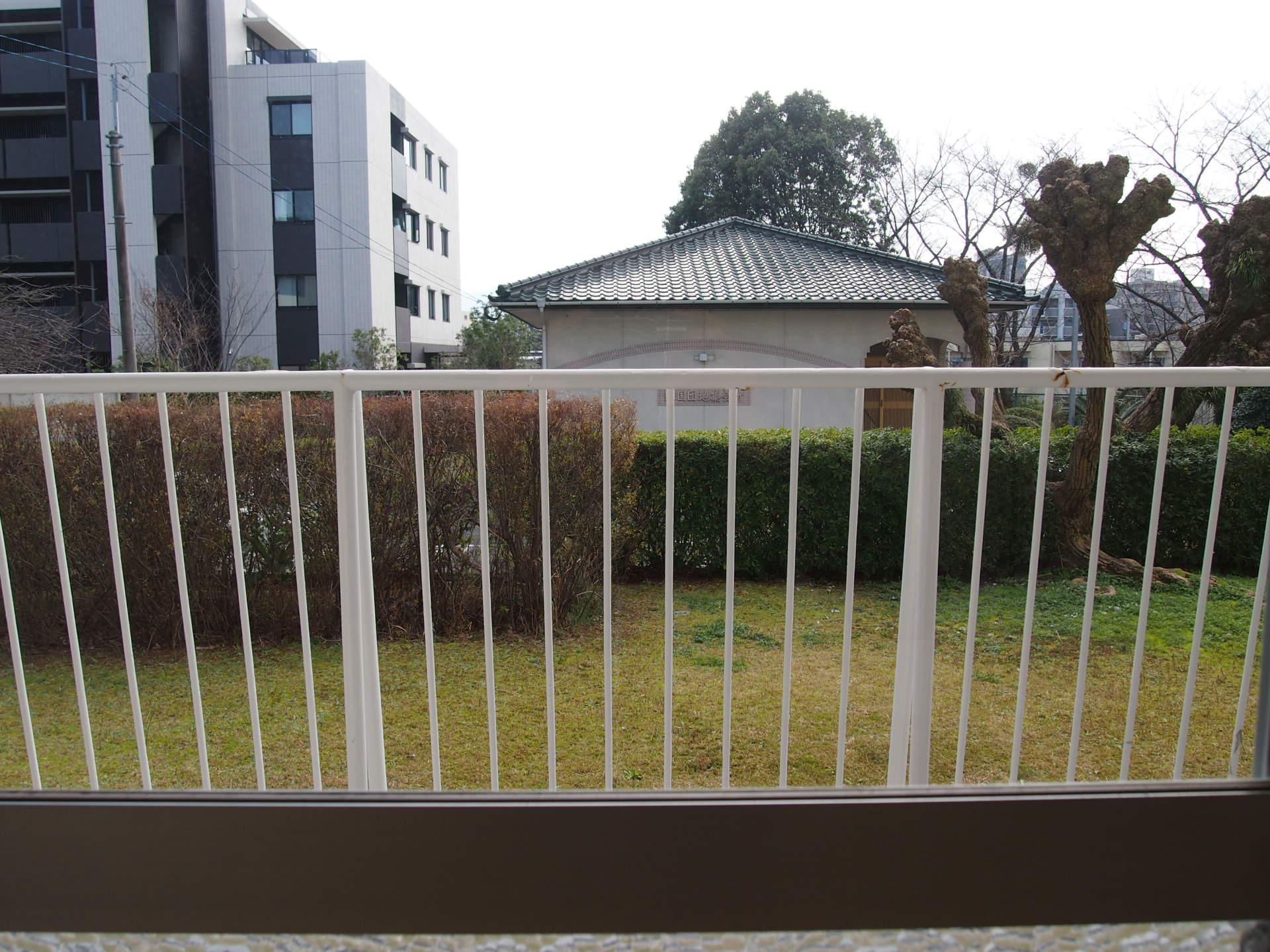 目線の高さでは敷地共用部の草むらが我が家の庭のようにも見えてきます。