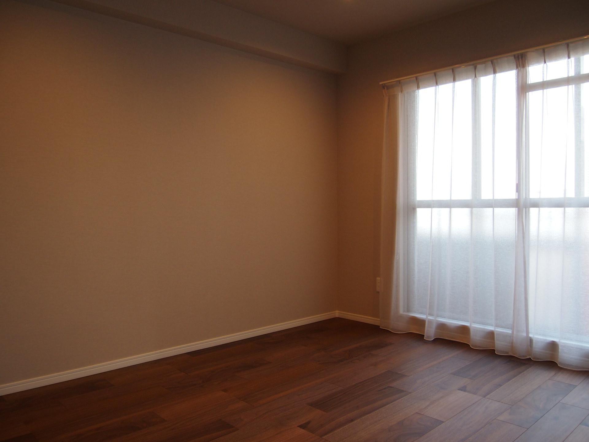 落ち着いた色味の床材もいいですね。