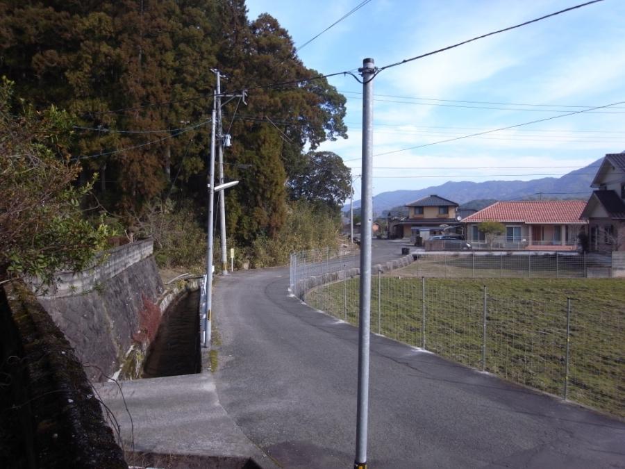 前面道路とは水路を挟んで接しています。