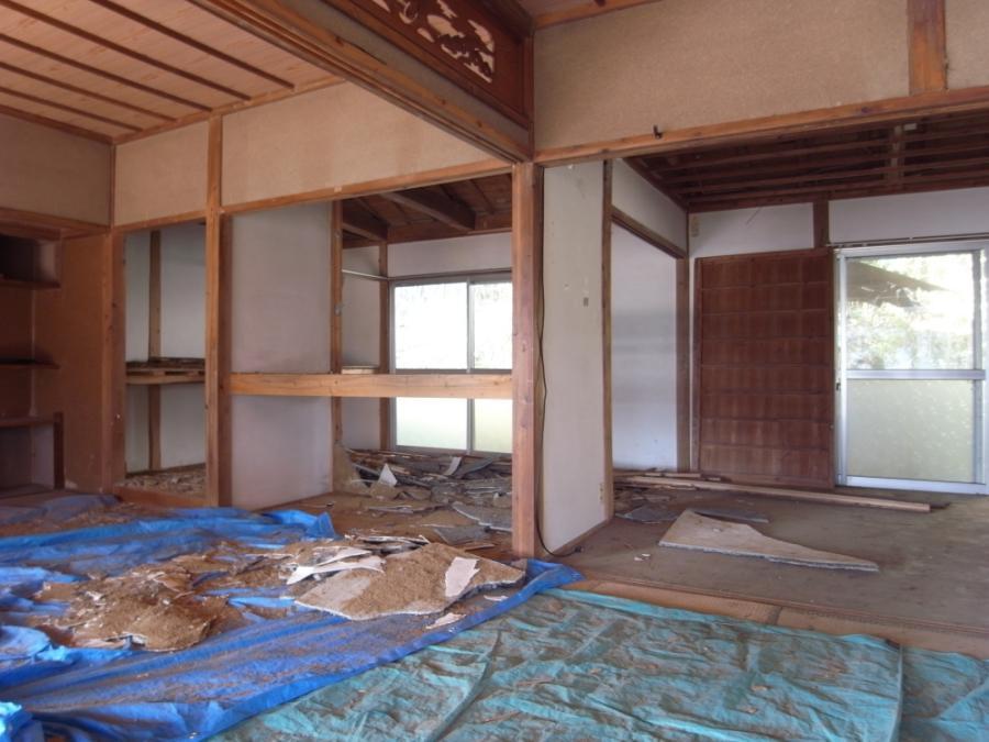 建具、壁が撤去された室内。