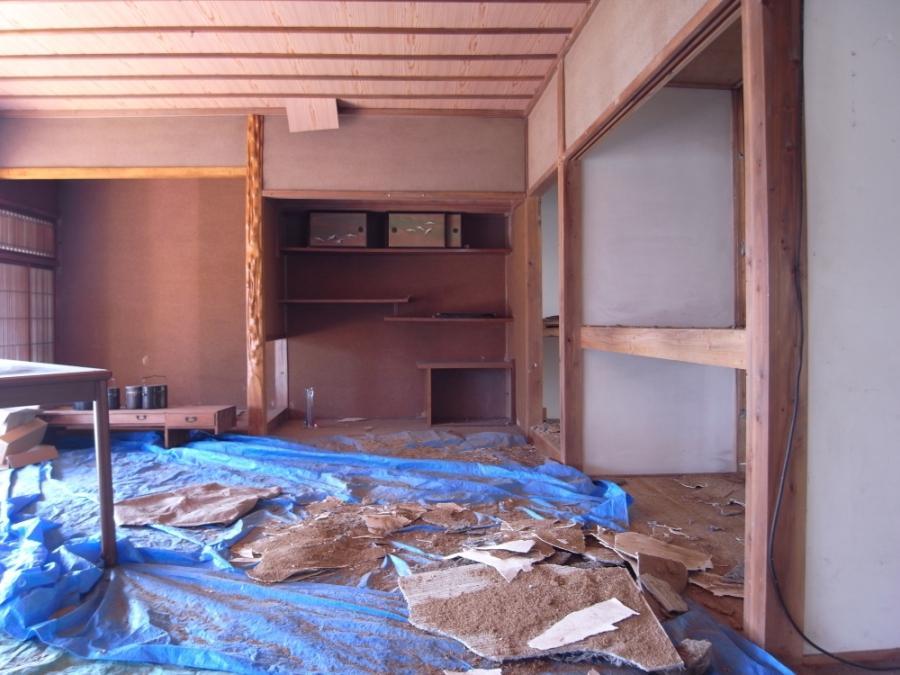 床の間方向。撤去された壁の残骸や残置物は撤去します。