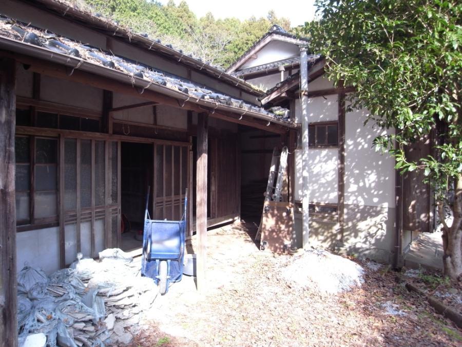 こちらは母屋に隣接する納屋。内部は土壁が渋い質感を放っています。