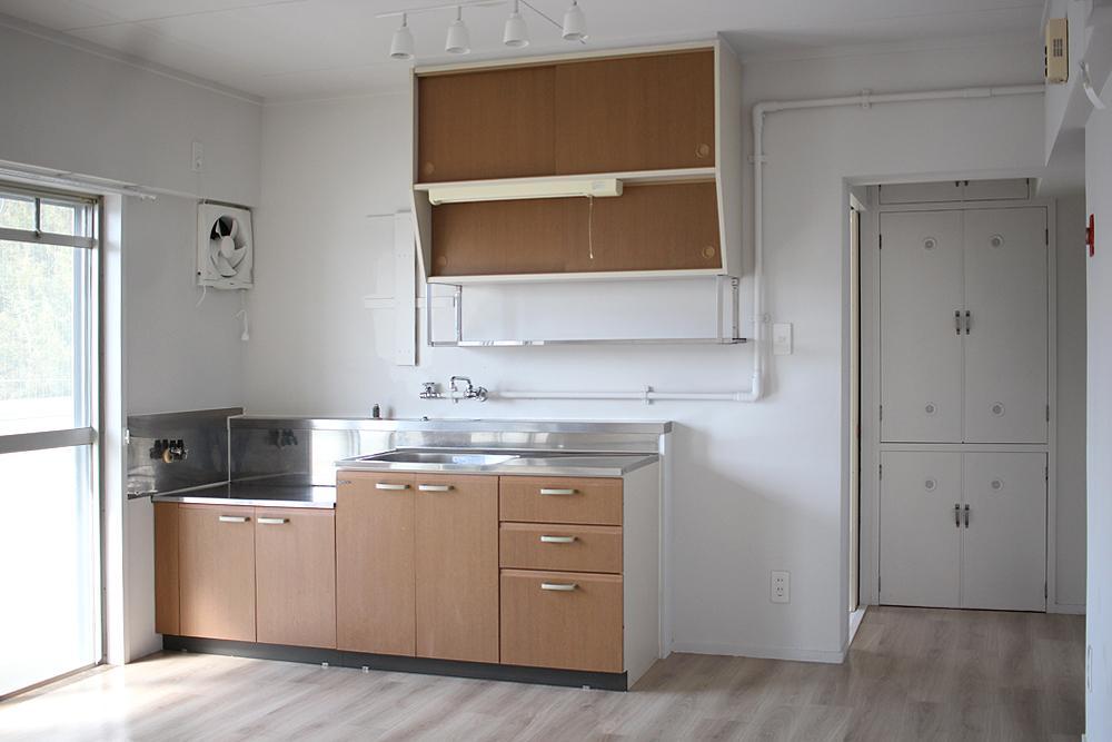 キッチンは小さめシンプル。