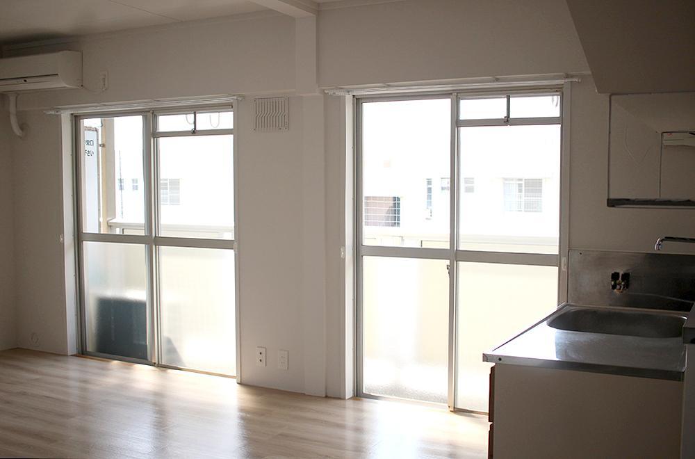 キッチン側からLDK。明るいお部屋です。
