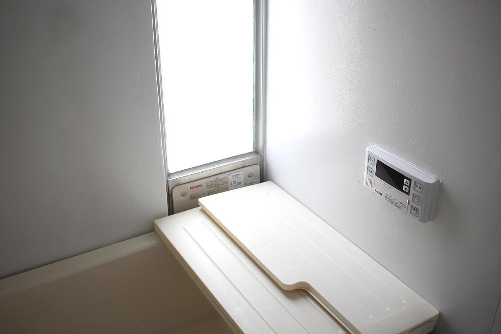 お風呂のコントローラーは新しい。シャワーもあります。窓が嬉しい。