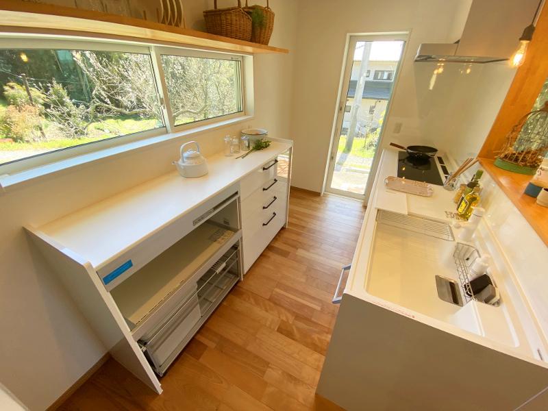 キッチンも緑ビューが程よく視界の中に