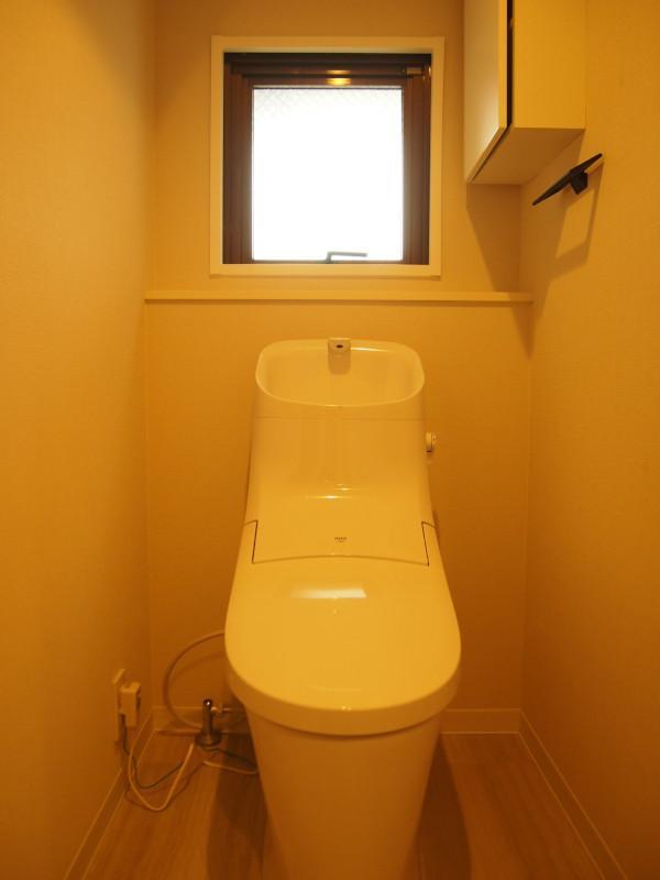 トイレは窓付。右手には収納ボックスも。