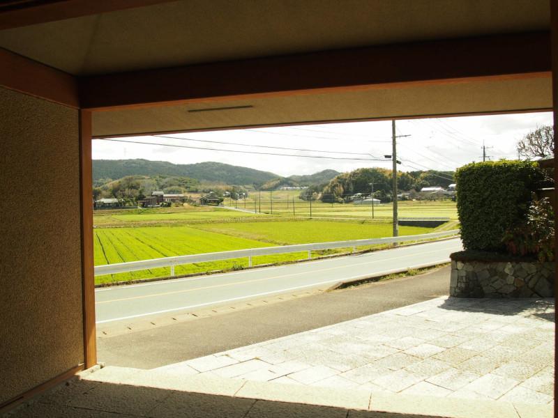 門から外の風景を。