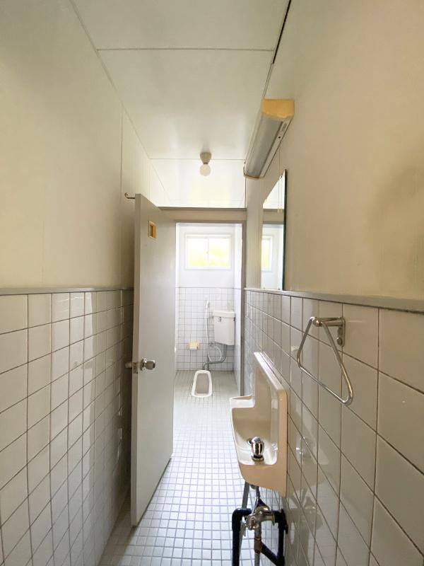 全く同じ仕様のトイレが二つ。向かって右側