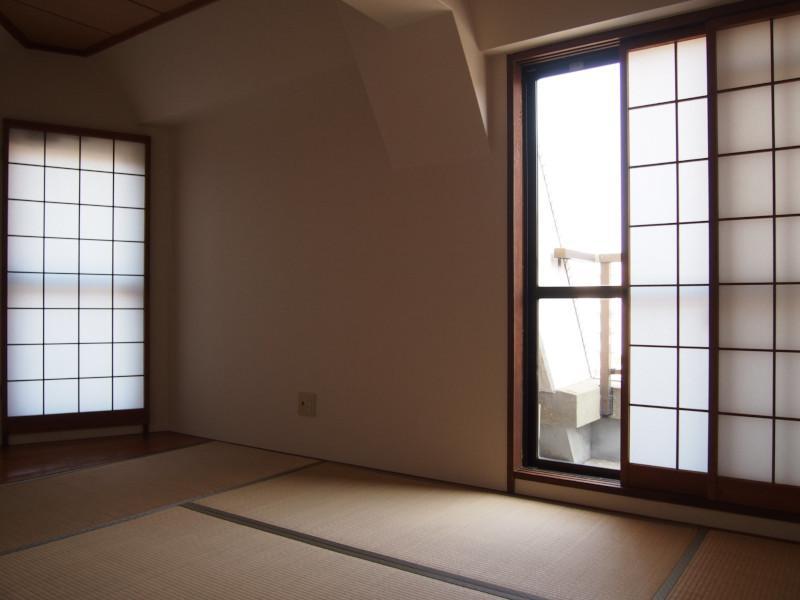 こちらが上階の和室。左手の障子に注目。