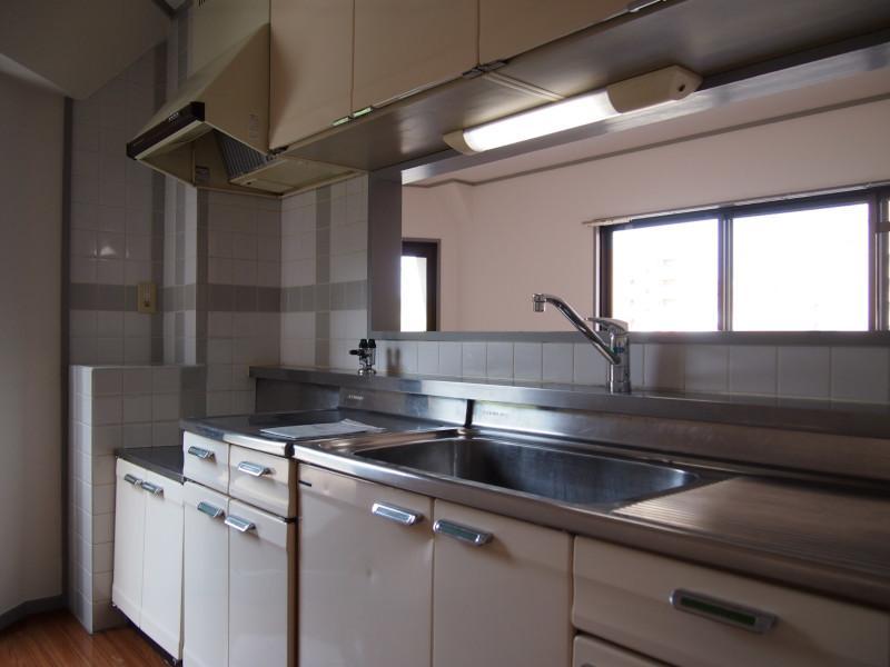 キッチンも広めで悪くないです。(写真は交換前の写真です。)