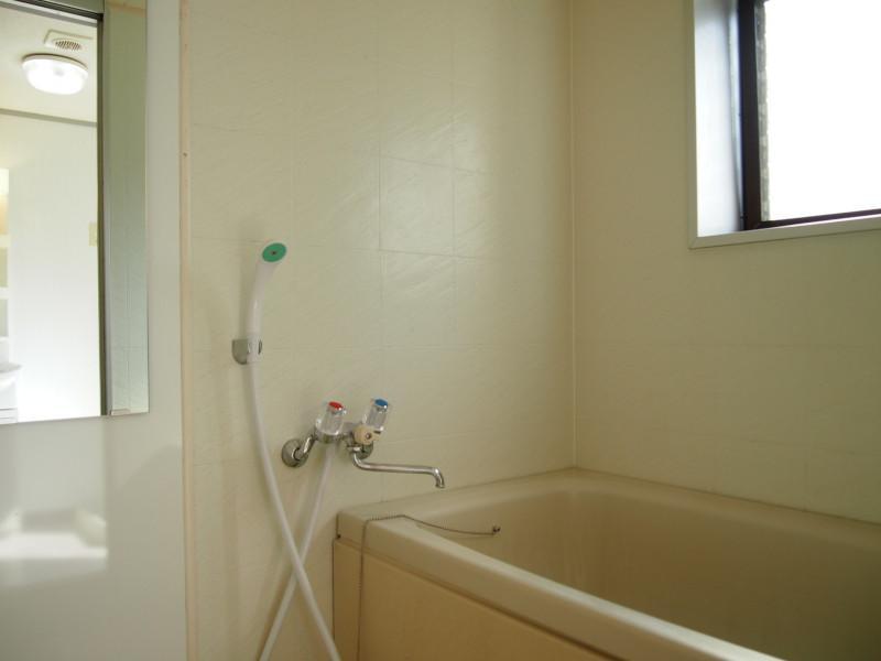 明るいバスルーム窓付が嬉しい。んっ?間取り図からすると・・・