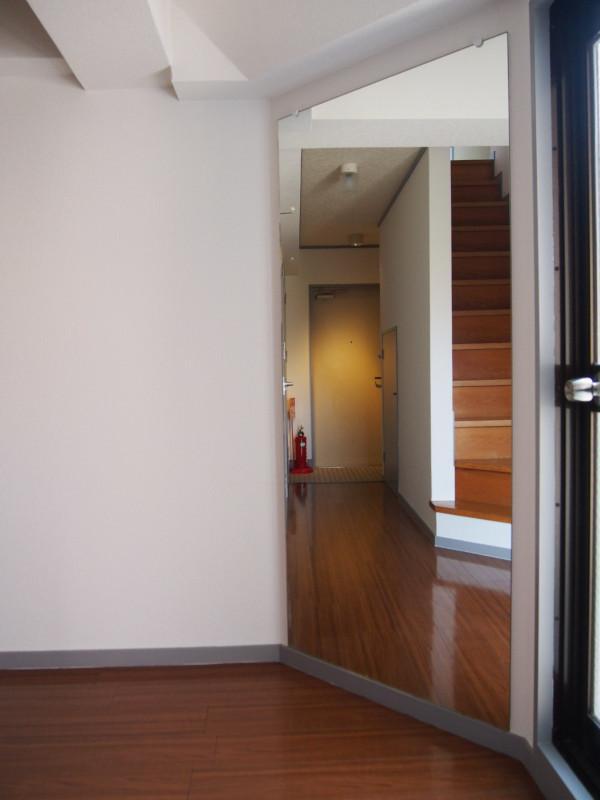 リビング側からミラーを見た図。階段から、玄関から、の登場人物はこれで安全確認を!