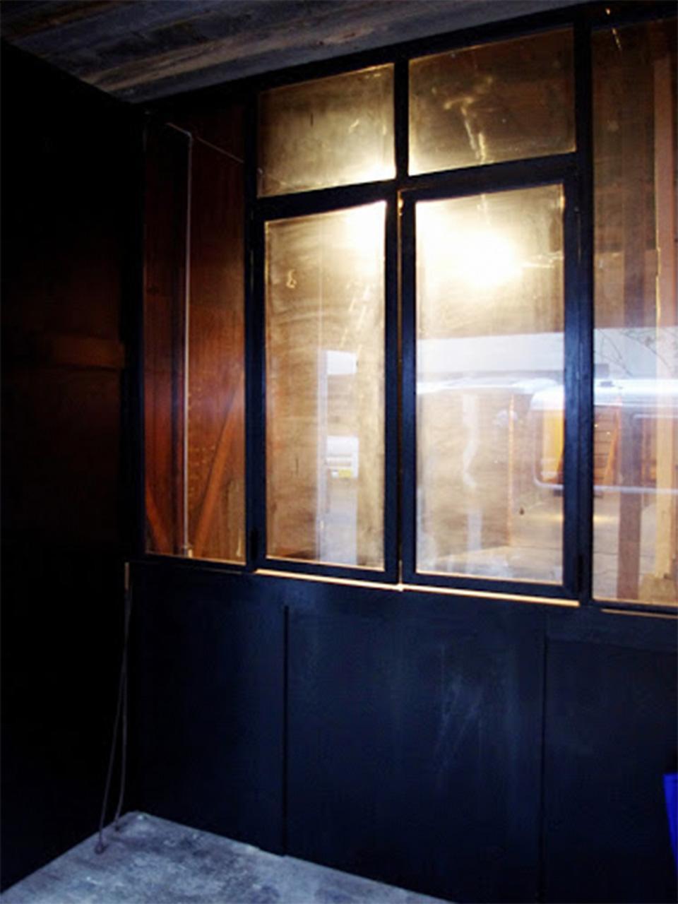 1Fエントランスには中がチラッと見えるガラス貼りの壁