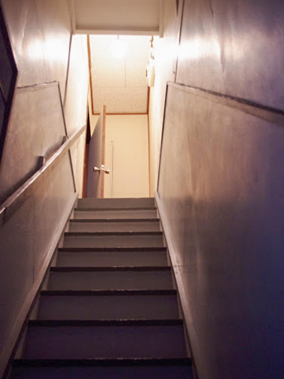 この階段を登っていくと居住スペース
