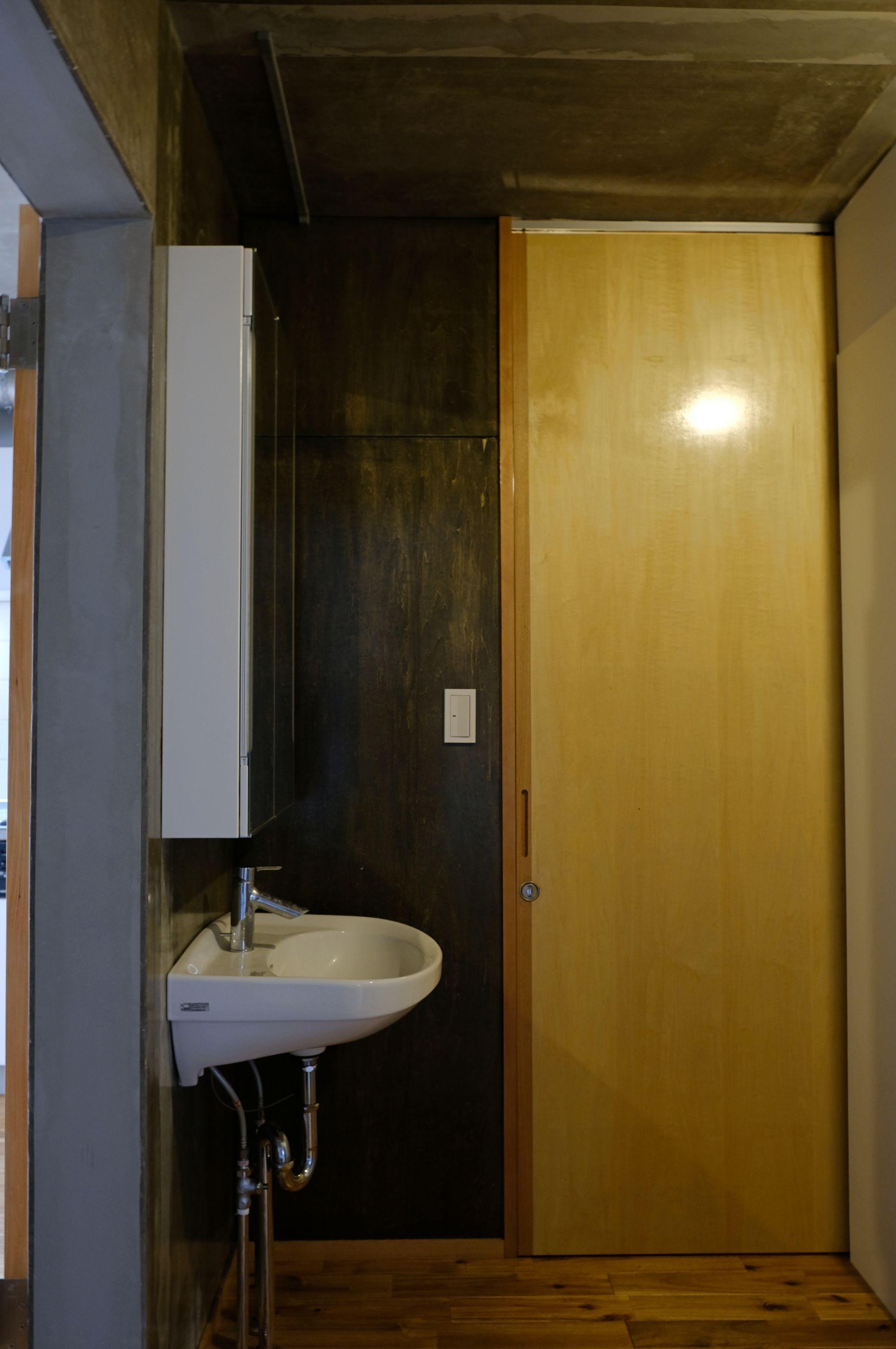 奥に入ると脱衣所とトイレ。