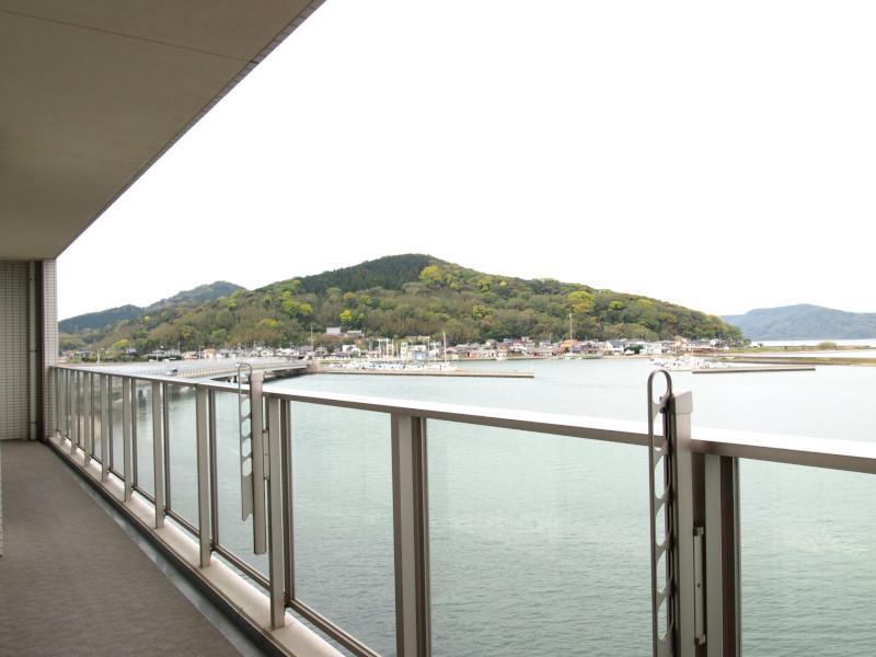 左に視線を振れば昔ながらの漁港の風景。