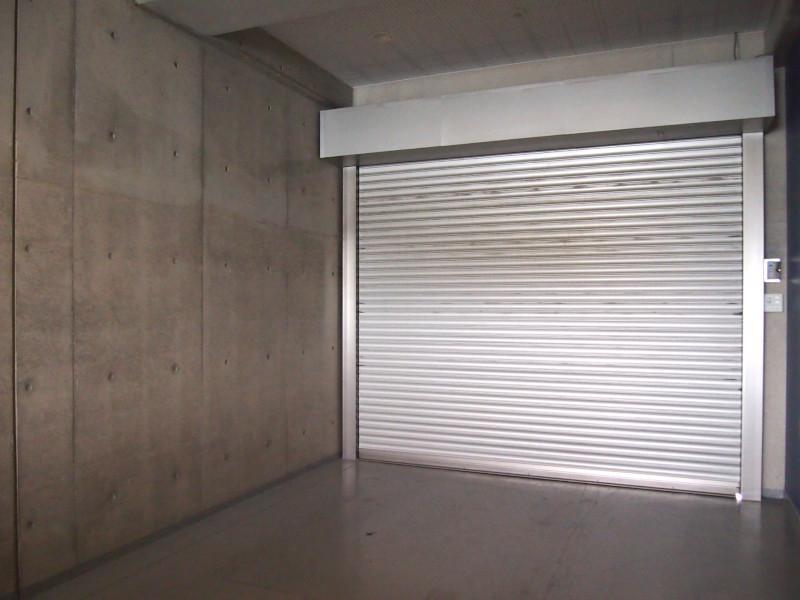 本マンション内でも、限られた方だけの特権、分譲ガレージ。車もバイクもOKですし、ちょっとした作業場にも。収容量抜群、極上の広さ。
