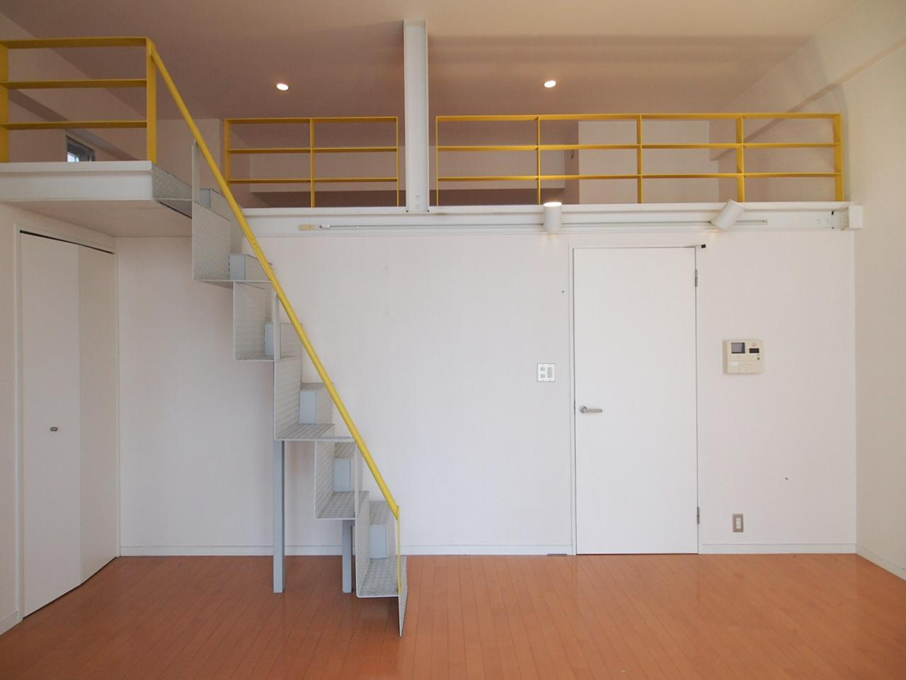 階段後ろには洗濯機置き場が隠れています