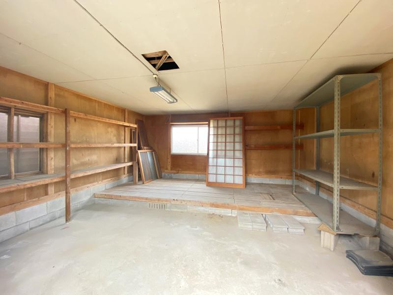 隣の倉庫は工房や書斎スペースなんかに合いそう