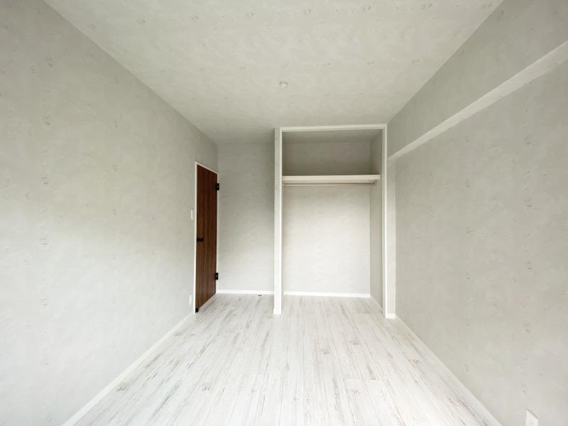 隣の洋室はオープンクローゼット