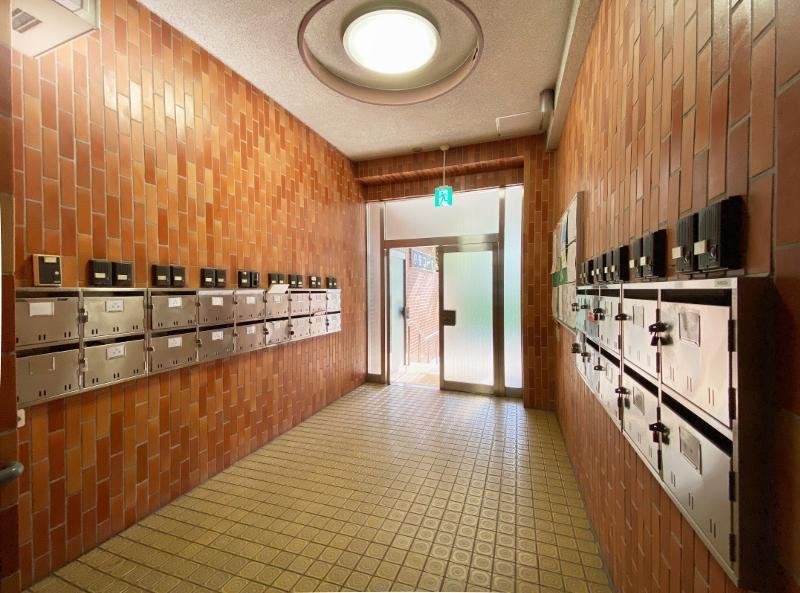 1階エントランスには各戸にインターホン。