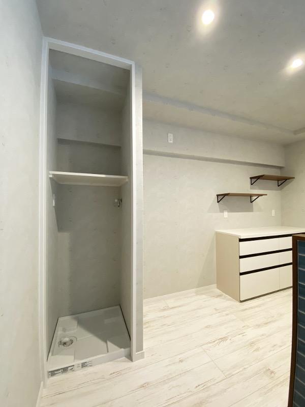 キッチンの真横に洗濯機置き場