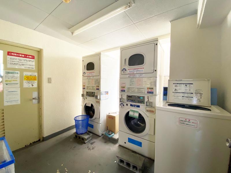 エントランス横には共用の洗濯機&乾燥機あり