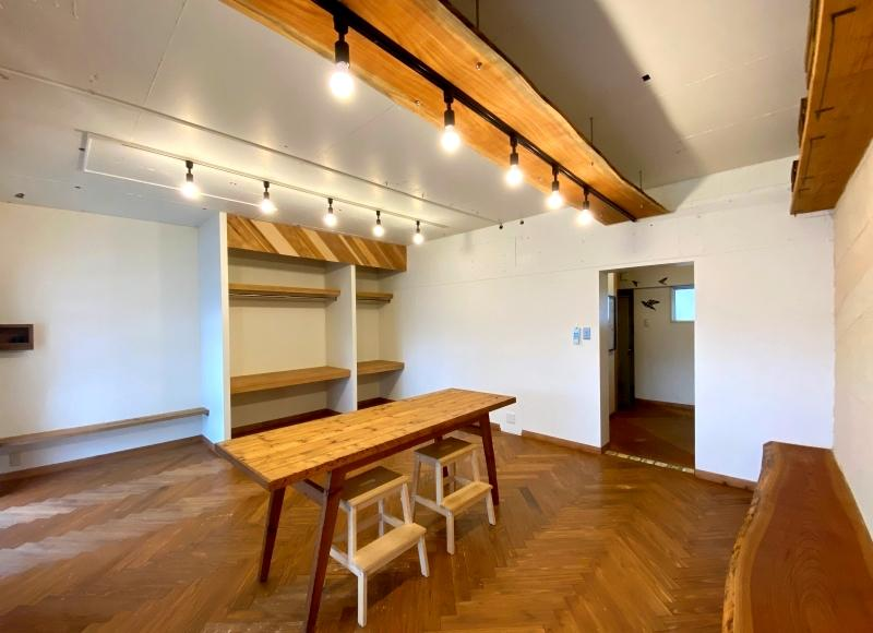 右手の壁の端まで伸びる大きな一枚板のベンチも魅力的