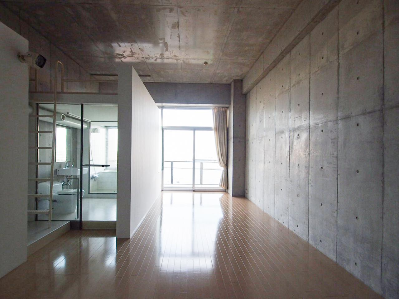 コンクリート打ちっぱなしの壁と天井