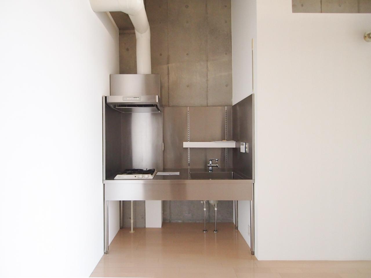 ステンレスのシンプルなキッチン