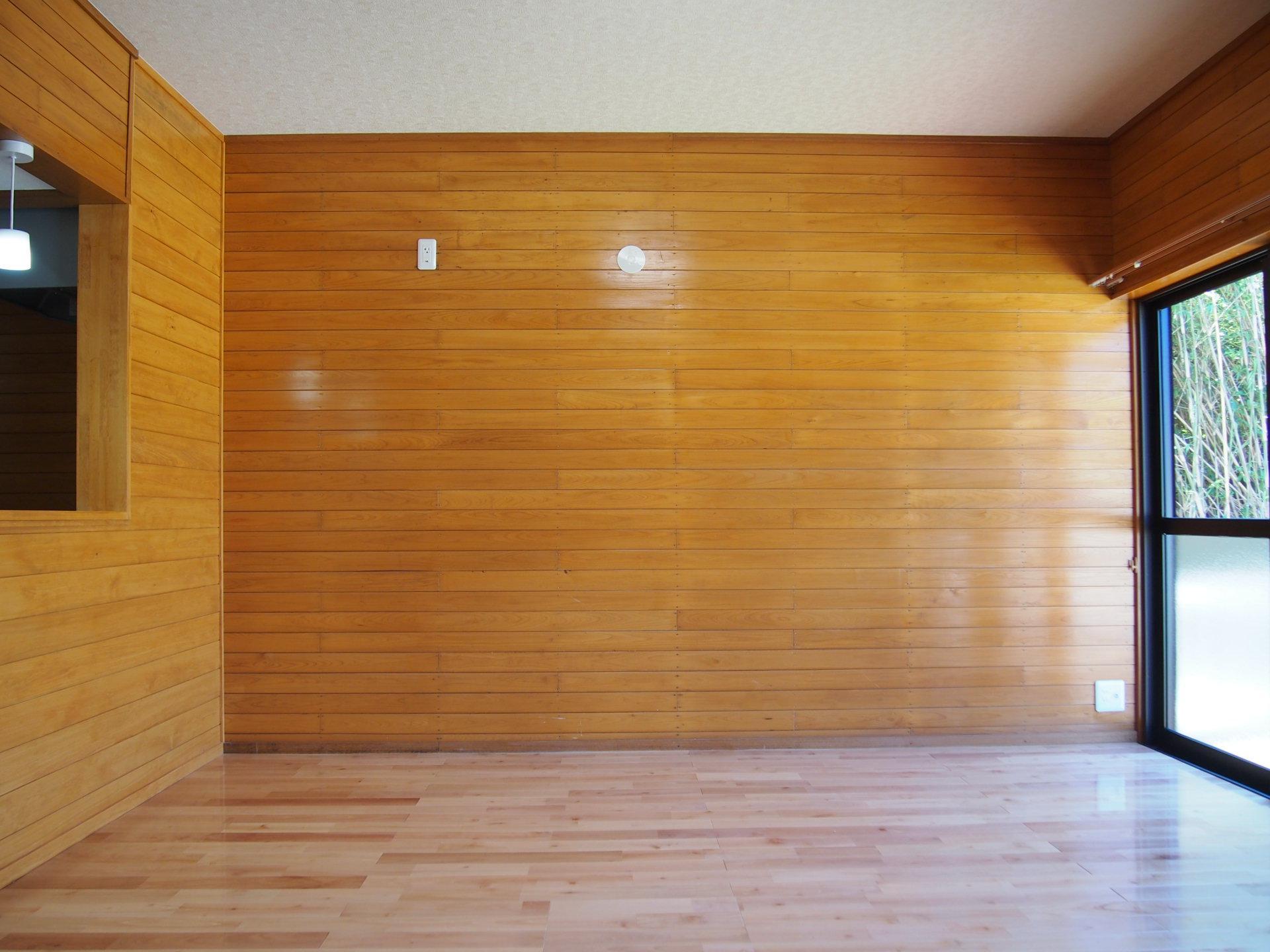 室内はリフォーム済み。意匠的にはバブル期くらいまでに建てられた別荘ぽい感じです。