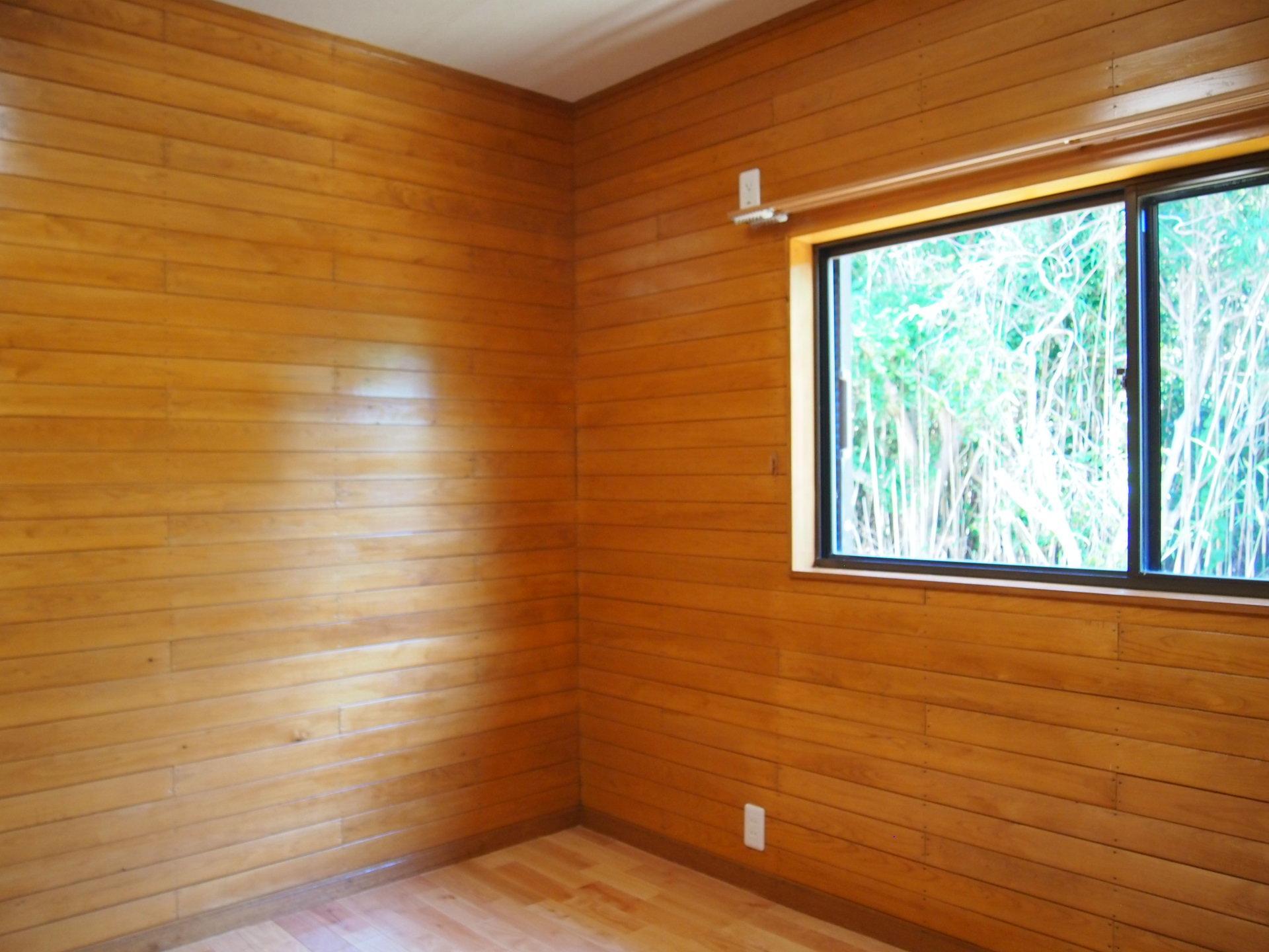 2階の洋室。窓向こうは海風をシャットアウトする竹林。