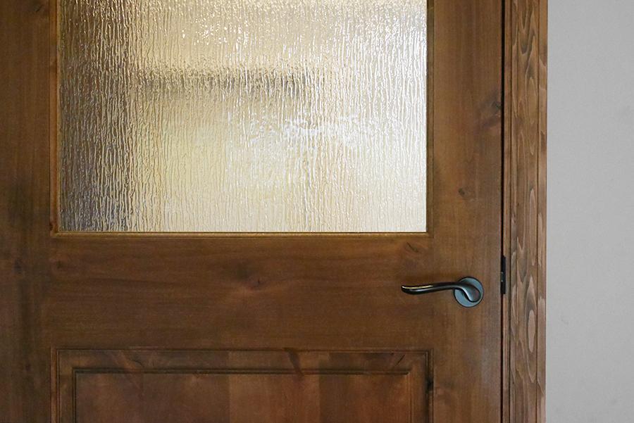 造作っぽい可愛い扉。雰囲気作りに一役買っています。