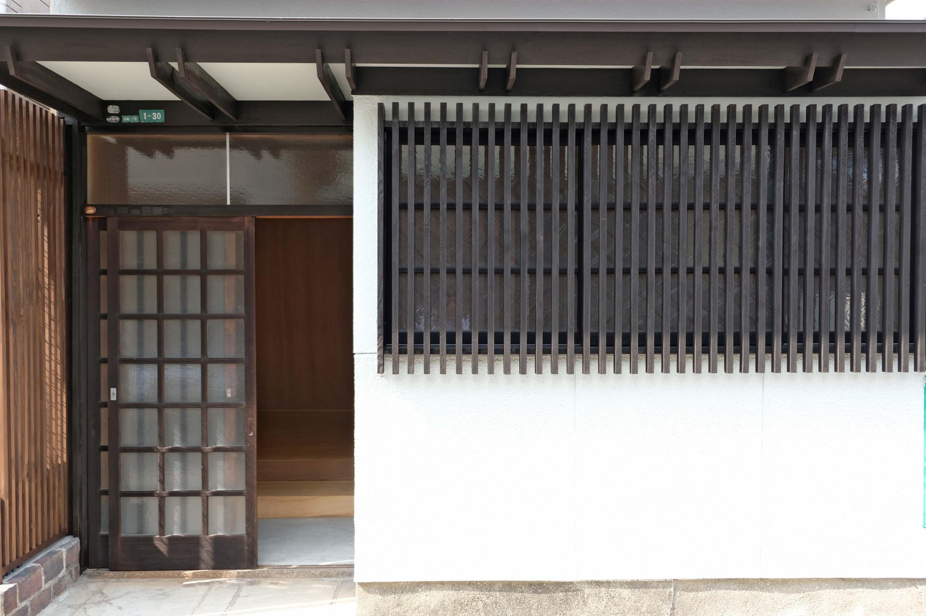 建物の入口、レトロな木格子がいいです。