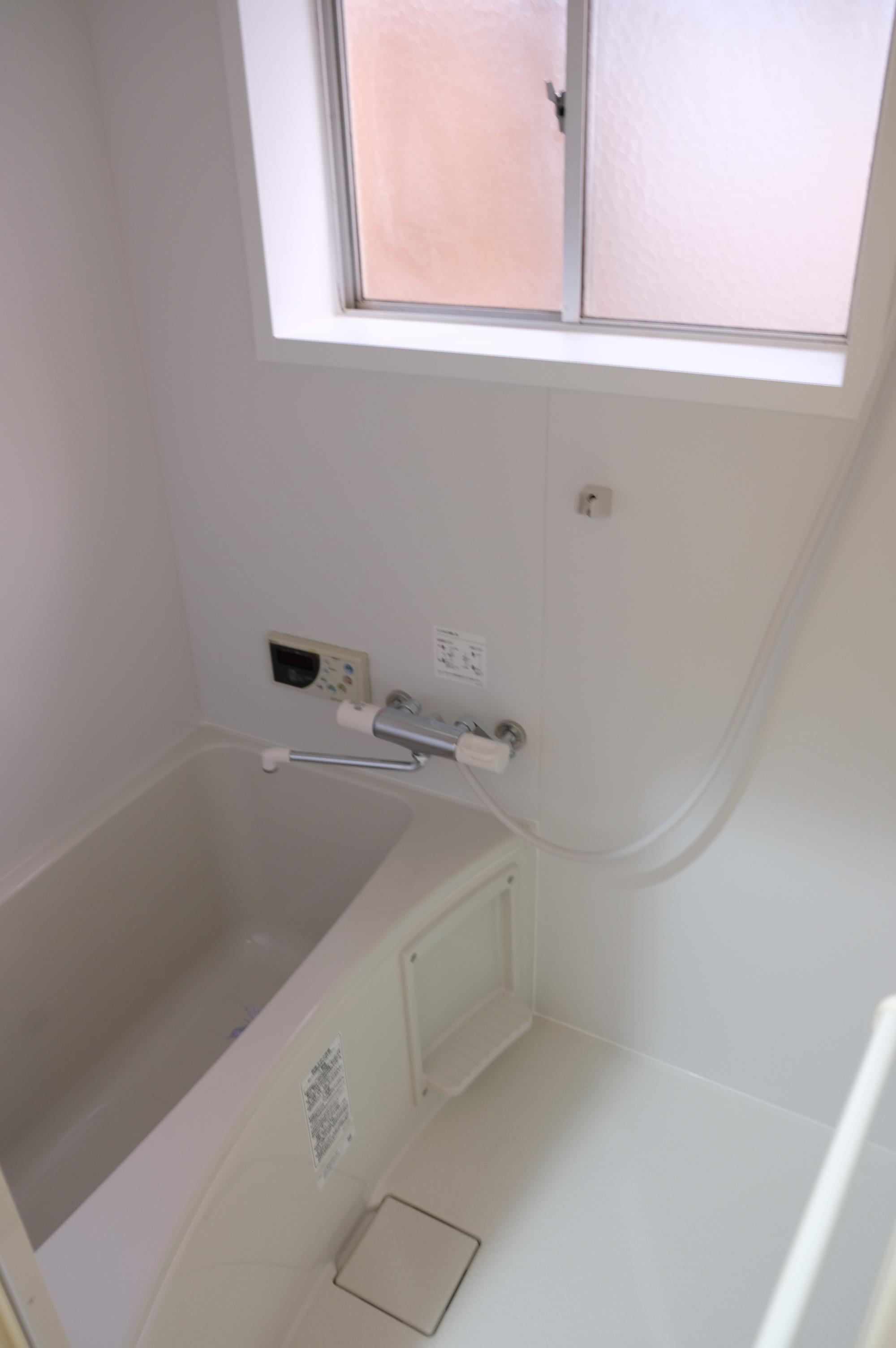新設された浴室。窓付き。